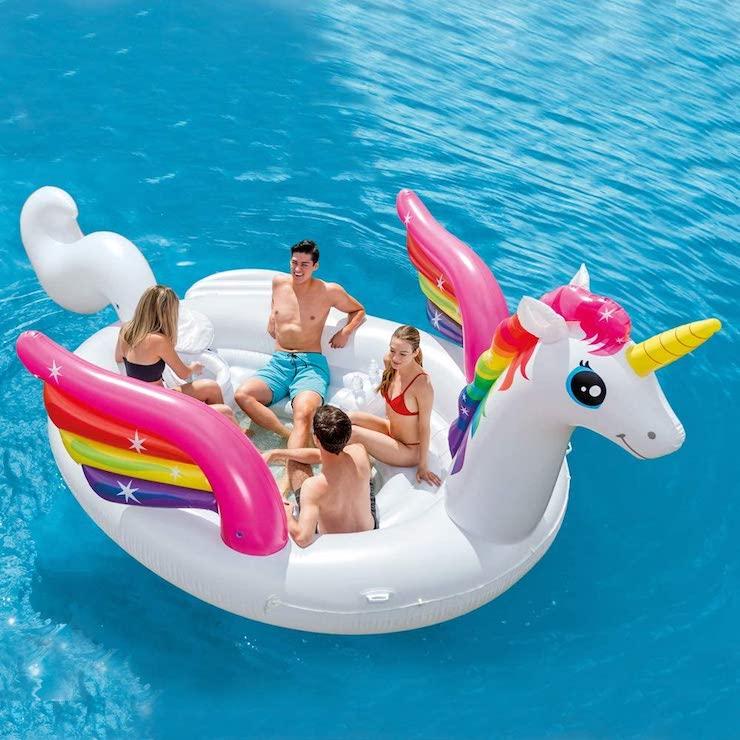 Flotador de unicornio hinchable gigante.