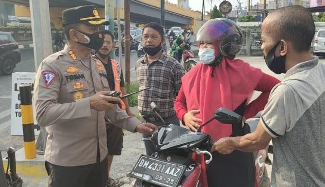 Kesigapan Petugas Polisi Saat Tugas Penyekatan PPKM, Bantu Ibu Hamil Yang Mau Melahirkan di Jalan