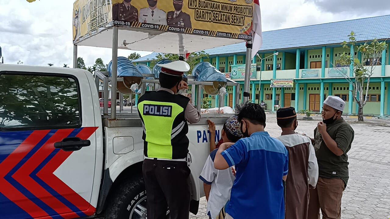 Pelayanan Prima Ditengah Pandemi, Mobil Kebal Covid-19 Polres Barsel Bagikan Suplemen