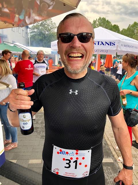 Ich fröhlich nach dem Lauf mit einem kühlen Blonden in der Hand, wenn auch alkoholfrei!
