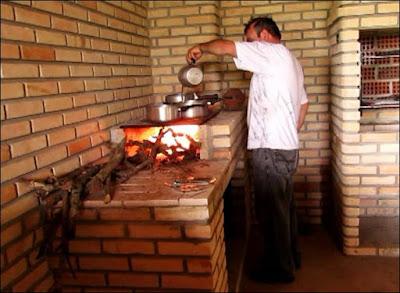 cozinhando no fogao a lenha