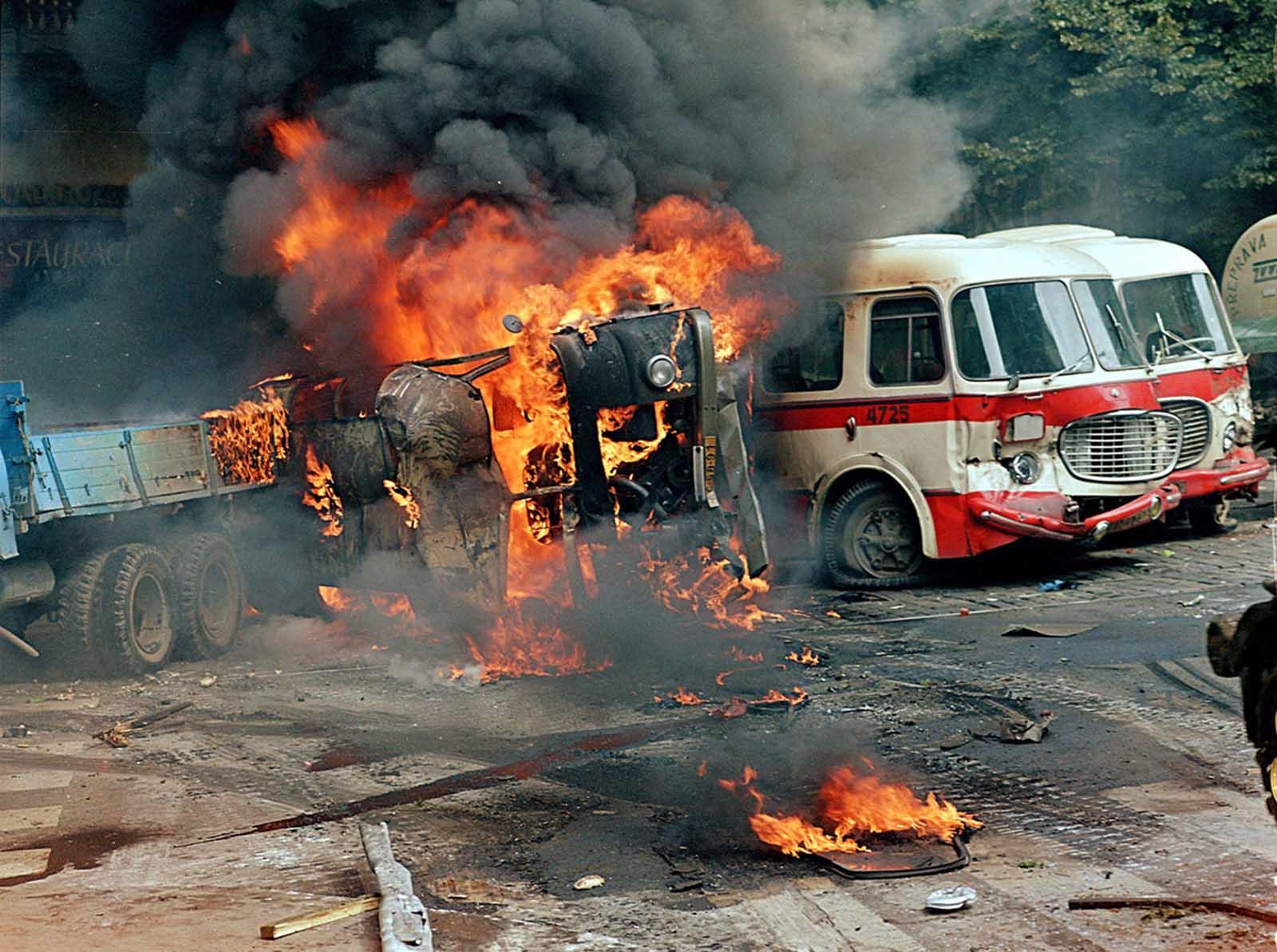 Una barricada hecha de camiones y autobuses se quema frente al edificio de la Radio Checoslovaca, en el centro de Praga, el 21 de agosto de 1968.