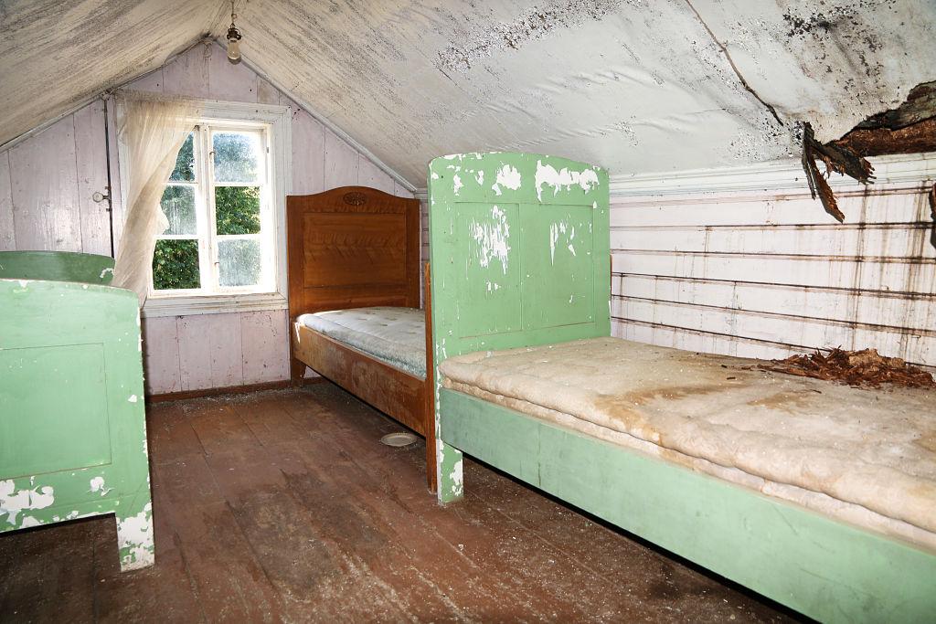 Her sov emissær Dahl, hans far og søster