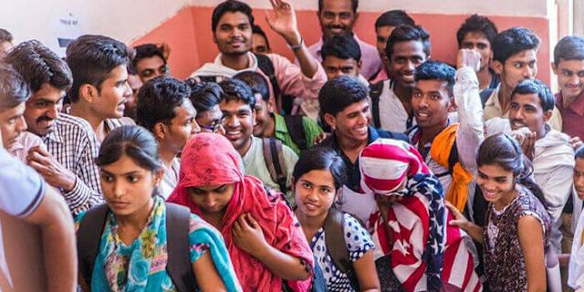 श्रमजीवियों की बात भी सुनिए, सरकार ! | EDITORIAL by Rakesh Dubey