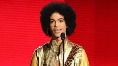 Prince durante una actuación en los American Music Awards