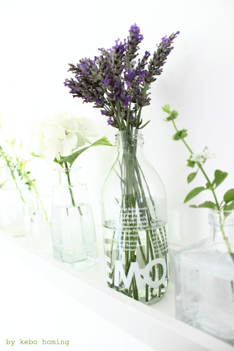 Sommerblumen für #meinshelfie dem monatlichen Blogevent bei kebo homing, dem Südtiroler Food- und Lifestyleblog, white flowers, shelfie, decoration, summer flowers, shelf decoration, Lavendel, lavendula, Ikea Mosslanda, glas bottle vase, styling and photography