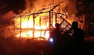 Rumah Warga dilalap Si Jago Merah, Koramil Moyo Hilir Sigap Bantu Padamkan Api