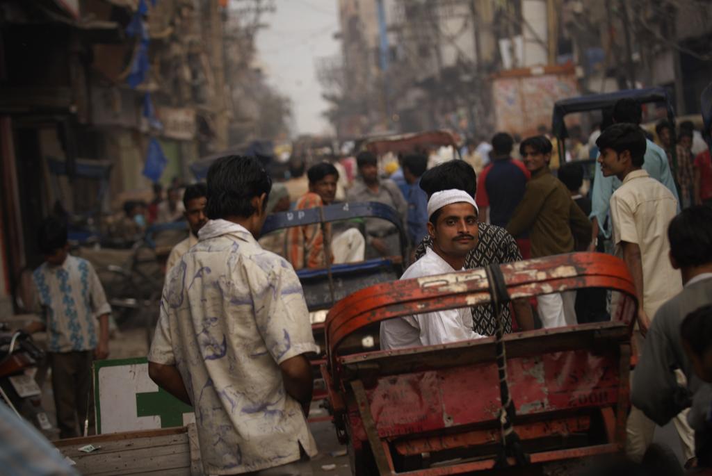 Delhi er i den grad en by, der er præget af støv, larm og kaos, men det er også en by, som rummer så meget andet. Som et Østens Rom er Indiens hovedstad fyldt med levn fra gamle riger. En syndflod af hære er gennemm tiderne stormet over Indus-Gangessletten og sat deres præg på den besejrede by, før deres rige er gået i opløsning, som erobrere før dem også gjorde det. Det moderne Delhi, som har fine restauranter og udsøgte handelscentre, er et kaotisk mylder af middelalderlige fæstninger, støvede basarer og bylandskaber fra kolonitiden.