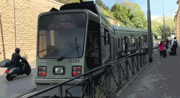 Tram deraglia a Roma per l'usura dei binari