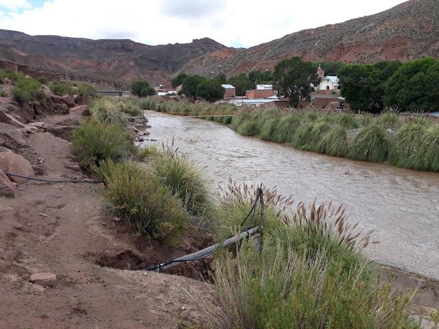 Mit dem steten Regen steigen auch die Flüsse an. Die mit viel Aufwand gebaute Schutzwand zum Dorf hin ist teilweise schon eingebrochen verrutscht.