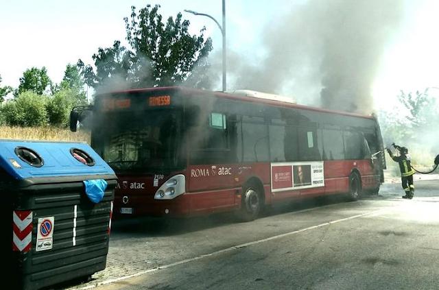 Incendio bus a Porta di Roma: fiamme e fumo in viale Carmelo Bene