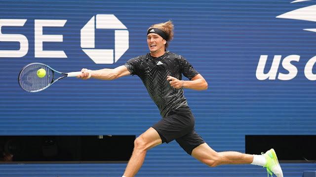 Alexander Zverev em uma devolução de bola na estreia do US Open