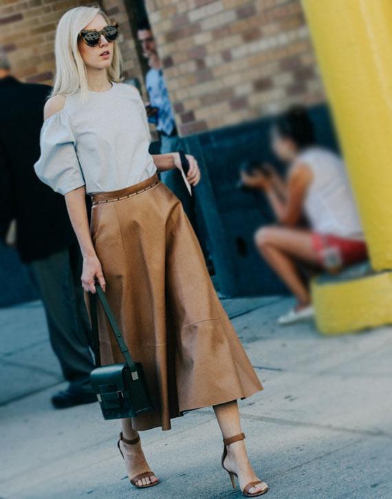 falda evasé piel color camel y blusa blanca