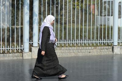 Dua Muslimah di Paris Diusir dari Restoran Karena Berjilbab