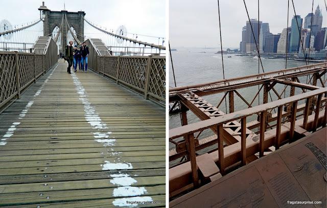 Passarela de pedestres e painéis informativos na Ponte do Brooklyn