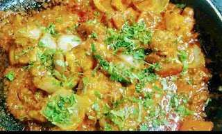 Chicken do pyaza topped with chopped coriander leaves