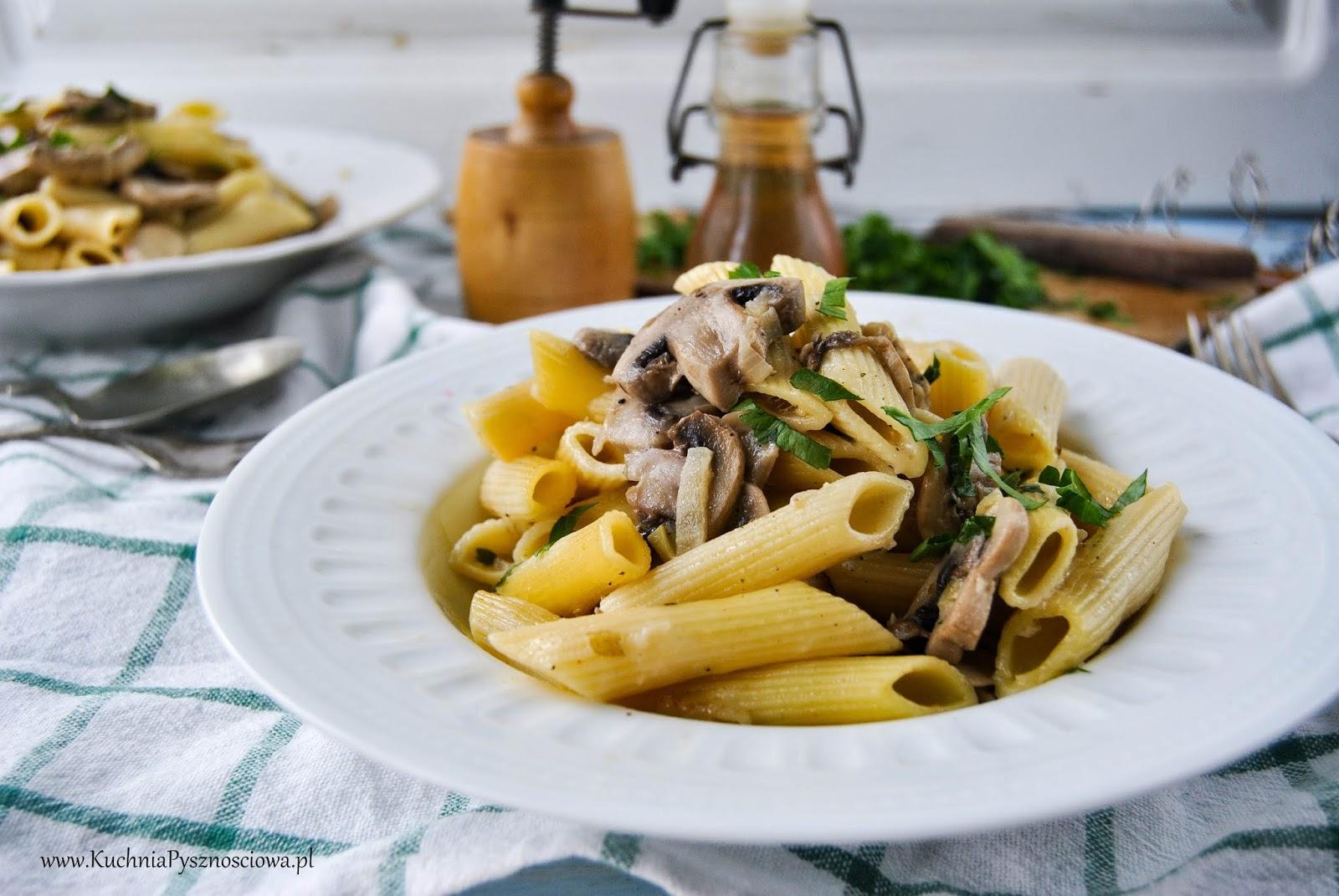 726. Makaron z pieczarkami i kurczakiem w sosie z białego wina