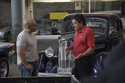 Martín Vaca (a dir.) em cena da série - Divulgação
