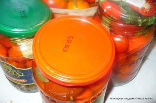 помидоры прикрыли крышками