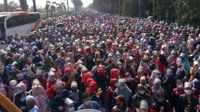 Ribuan Buruh Tangerang Mogok dan Turun ke Jalan Tolak UU Cipta Kerja