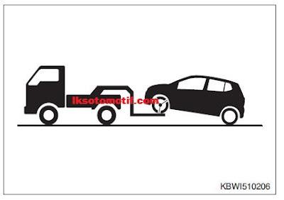 menderek mobil dengan truk pengangkat roda depan