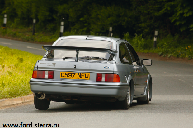 Ford Sierra RS Cosworth в дороге.