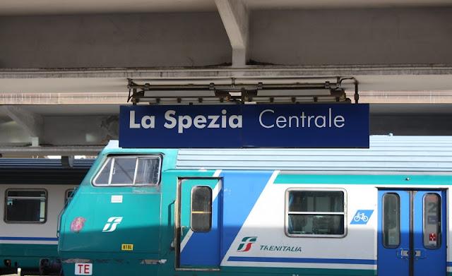 Trem na estação La Spezia Centrale