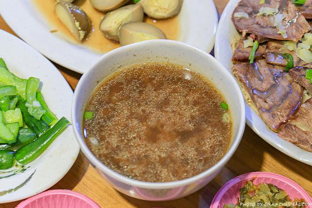 MG 5395 - 吳家莊頂級牛肉麵,永興街人氣牛肉麵,表面鋪著滿滿的牛腱,幾乎看不到底下的麵!