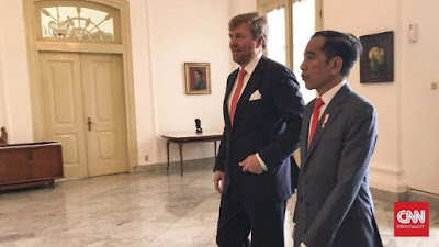 """In the presence of President Joko Widodo , Dutch King  Willem Alexander expressed his apology for the violence that occurred in Indonesia in the past after the proclamation of independence.  """"In the years after the proclamation was announced, there was a painful separation and caused many fatalities. In line with my previous government statement, I would like to express my regret and apology for the excessive violence from the Dutch in those years,"""" said Willem Alexander at the Presidential Palace, Bogor, West Java, Tuesday (10/3).   According to him, the Dutch government had recognized Indonesian independence since 2005. At that time, the Dutch Government, represented by Foreign Minister Bernard Bot, made his first official visit to Indonesia.   """"The Dutch government has recognized politically and morally since 15 years ago. We congratulate Indonesia on celebrating 75 years of independence on August 17,"""" he said.  King Alexander states that past history cannot be erased and must be recognized by subsequent generations. He also realized that the family's wounds and sorrows from the victims of colonialism were still felt today.  However, according to him, this visit became a hope and a sign that countries that were once opposite could grow together.  """"This is a hope and a sign that countries that were once opposite can grow and develop together to form new relationships based on mutual respect, trust and friendship,"""" he said.  King Alexander also believes that the bond between the Netherlands-Indonesia will be stronger. He also claimed there were still many young men from Indonesia who were interested in getting education in the land of the windmills.  """"Many people in the Netherlands feel a deep bond with Indonesia. It is also very satisfying to see the number of Indonesian youth who are interested in studying in the Netherlands continue to increase,"""" said King Alexander.  While Jokowi stated that past history cannot be erased. However, according to him, it can be a """