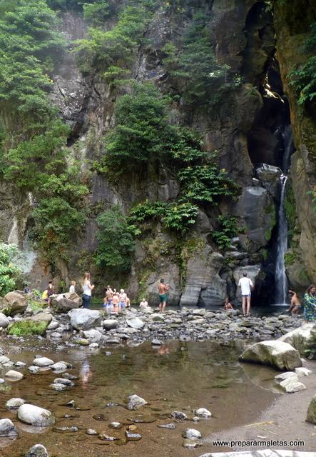bañarse en el Salto do Cabrito Azores