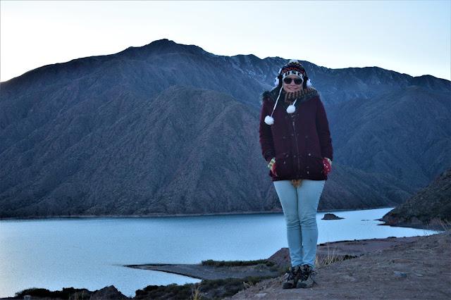 lago azul entre as montanhas