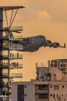 Vídeos: Aviões passam entre prédios e assustam moradores