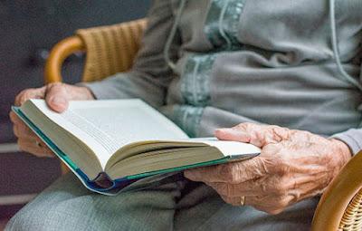 Perfil de persona mayor leyendo