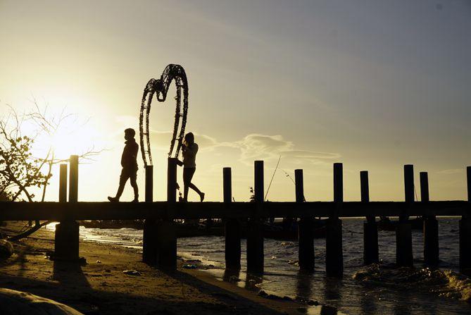 Siluet di pantai pasir putih Wates, Rembang