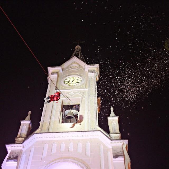 Emoção na descida do Papai Noel de Tirolesa da Torre do Santuário Nossa Senhora das Dores