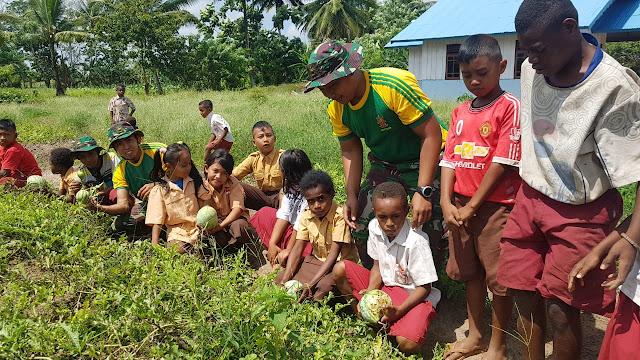 Prajurit TNI Yonif MR 411/Pdw Kostrad Ajarkan Siswa-Siswi Perbatasan Berkebun