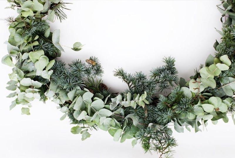 ghirlanda di Natale con rami di eucalipto e pino