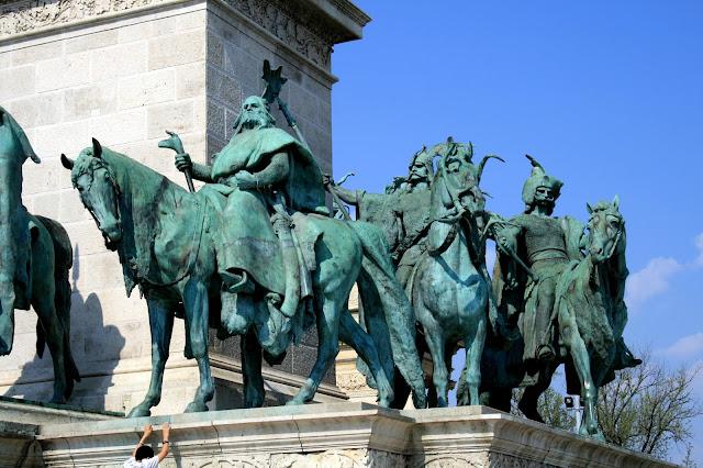 História e arquitetura da Praça dos Heróis