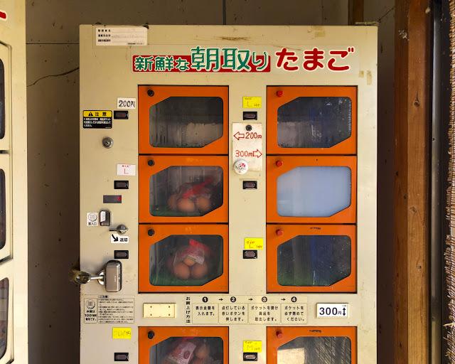 玉子の自動販売機 小さな小屋に設置している