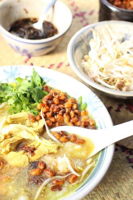 soupe bouillie de riz poulet et garnitures bubur ayam