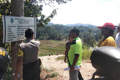 Bhabinkamtibmas ingatkan TPK Lembang Buntu Datu Cantumkan anggaran di Papan Pekerjaan ADD
