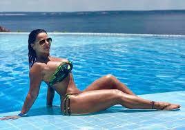 Viviane Araújo posa empinada e bomba na Web