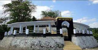 Objek Wisata Makam Batu Layar Di Pulau Lombok