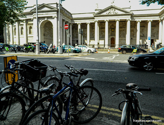 Entrada principal do Trinity College, em Dublin