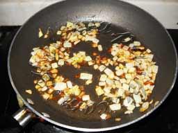 на горячей сковороде с оливковым маслом до подрумянивания