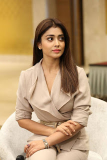 Shriya Saran in Cream Formals At Gautamiputra Satakarni Team Meet 18 (6).jpg