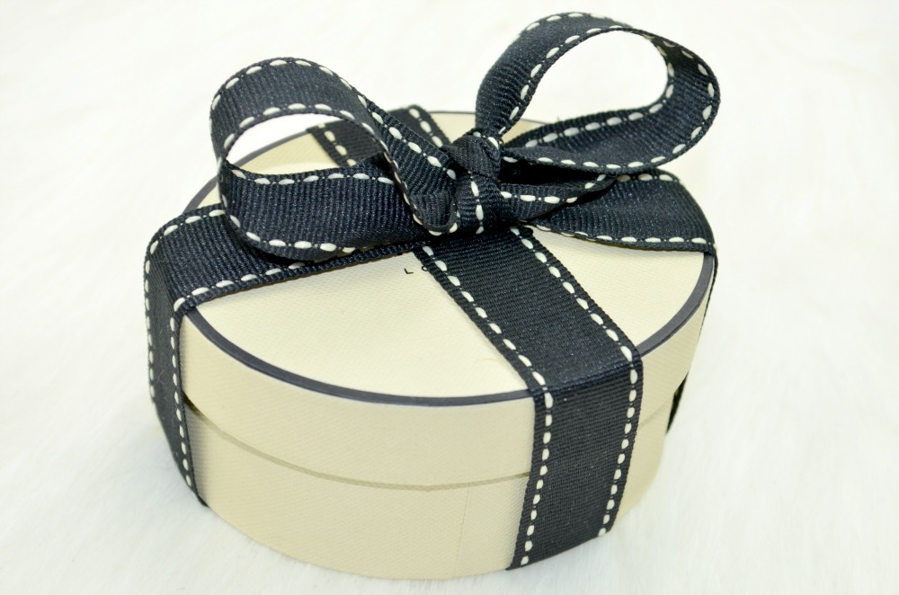 Image of the pretty gift box with ribbon