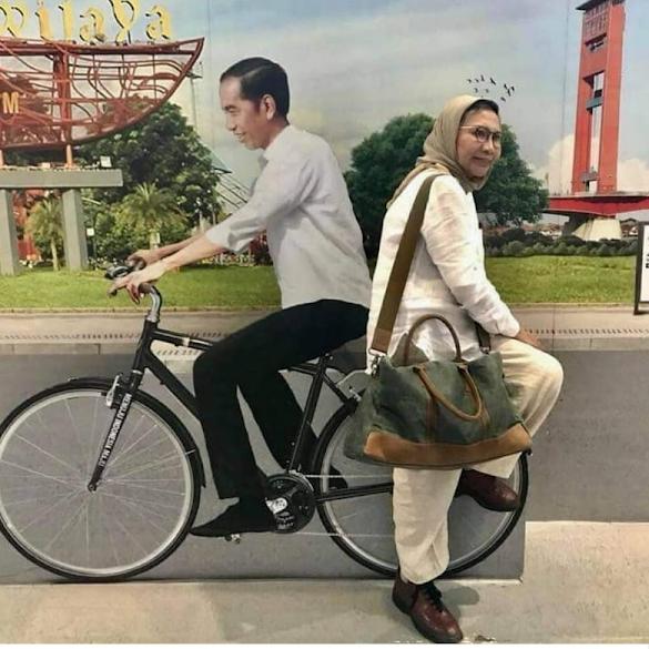 Viral Foto Membonceng 'Jokowi' Naik Sepeda, Ini Kata Ratna Sarumpaet