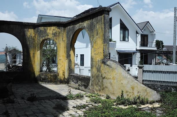 Chi tiết phần cổng và hàng rào bên ngoài căn  biệt thự bỏ hoang đẹp như mơ ở Đà Lạt