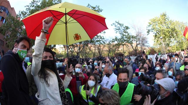 Cargas policiales en Vallecas en el arranque del acto de Vox